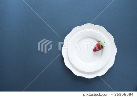 草莓放在盤子上 56806094