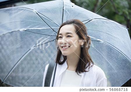 婦女在一個下雨天出去 56868718