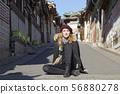 북촌 한옥 마을의 금발의 외국 여성 관광객 56880278