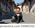 북촌 한옥 마을의 금발의 외국 여성 관광객 56880282