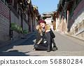 북촌 한옥 마을의 금발의 외국 여성 관광객 56880284