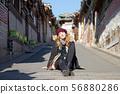 북촌 한옥 마을의 금발의 외국 여성 관광객 56880286