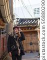 북촌 한옥 마을의 금발의 외국 여성 관광객 56880290