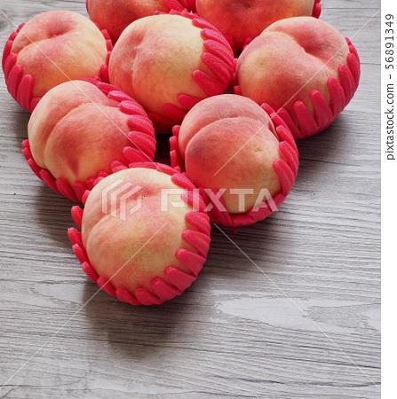 한국의 신선한 유기농 과일 복숭아  56891349