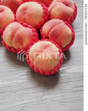 한국의 신선한 유기농 과일 복숭아  56891350