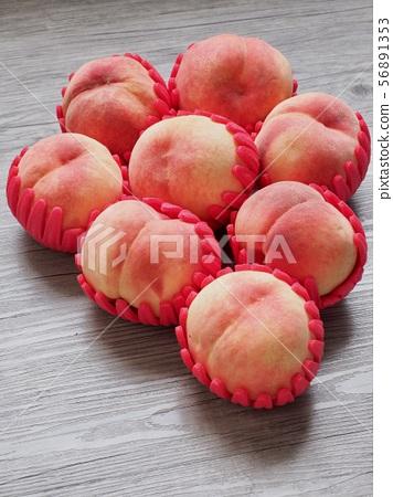 한국의 신선한 유기농 과일 복숭아  56891353