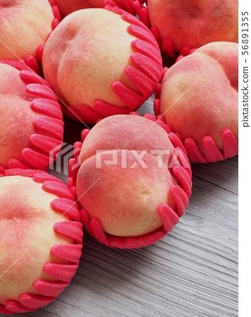 한국의 신선한 유기농 과일 복숭아  56891355
