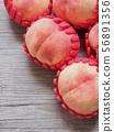 한국의 신선한 유기농 과일 복숭아  56891356