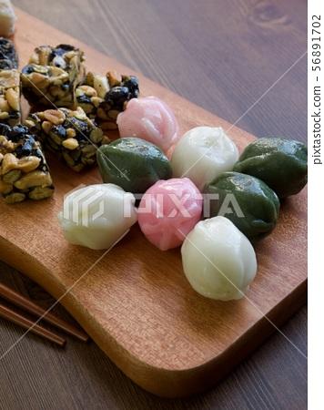 한국의 전통음식 모듬한과, 강정, 꿀떡, 찰떡  56891702