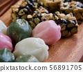 한국의 전통음식 모듬한과, 강정, 꿀떡, 찰떡  56891705
