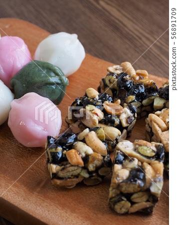 한국의 전통음식 모듬한과, 강정, 꿀떡, 찰떡  56891709