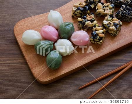 한국의 전통음식 모듬한과, 강정, 꿀떡, 찰떡  56891716