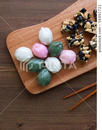 한국의 전통음식 모듬한과, 강정, 꿀떡, 찰떡  56891721