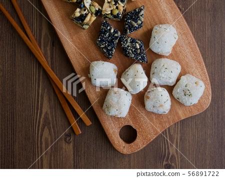 한국의 전통음식 모듬한과, 강정, 꿀떡, 찰떡  56891722