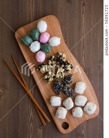 한국의 전통음식 모듬한과, 강정, 꿀떡, 찰떡  56891725