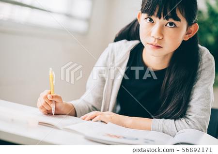 女孩补习学校学习 56892171