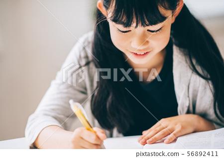女孩補習學校學習 56892411