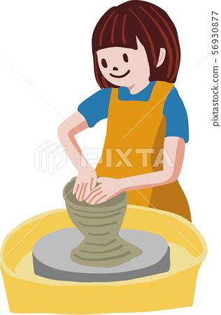 轉動陶瓷工的輪子的婦女在瓦器類 56930877