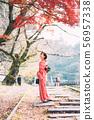 단풍의 교토를 관광하는 기모노 여성 56957338