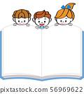 เด็ก ๆ มองหนังสืออยู่ที่ชายขอบ 56969622
