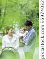 공원을 산책 가족 3 명 56974032