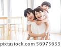 가족 부모 가족 여성 아이 56975633