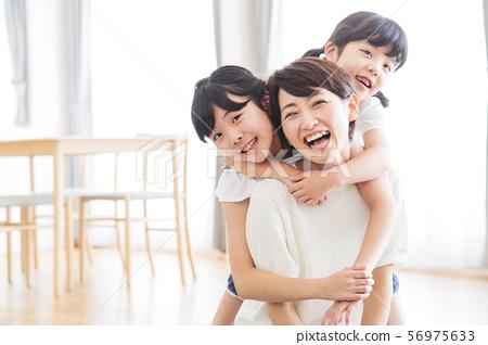 家庭父母和孩子家庭女孩 56975633