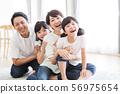 가족 부모 가족 여성 아이 56975654