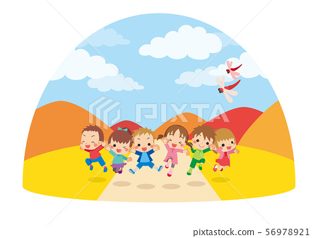 性格開朗的孩子們在秋天的一天在草地上跳舞[圓頂類型] 56978921