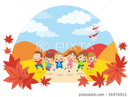 性格開朗的孩子們在秋天的一天在草地上跳舞[圓頂類型] 56978922