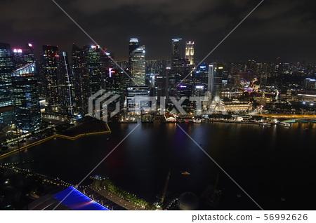 從新加坡小遊艇船塢海灣沙子的財政區夜視圖 56992626
