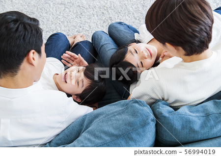 家庭父母和孩子家庭女孩 56994019