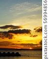 与深刻的云彩的日落天空 56994856