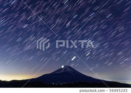 從Motosu和Ryugatake湖看到的富士山和星空 56995285