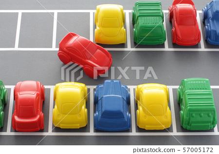 혼잡하고 주차 공간이 적은 주차장 디오라마 모형 57005172