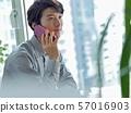 비즈니스 전화를하는 남성 57016903