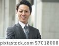 도시의 사업가 젊은 일본인 남성 57018008