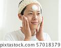 얼굴을 씻는 젊은 남성 남성 뷰티 맨즈 에스테틱 57018379