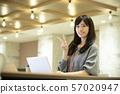 年轻的女人,温暖的灯光,办公室 57020947