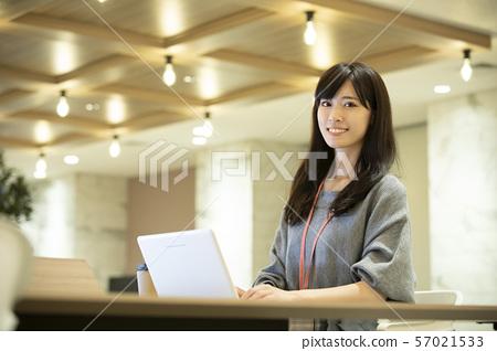 年輕的女人,溫暖的燈光,辦公室 57021533