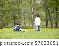 男孩在公園裡玩 57023051
