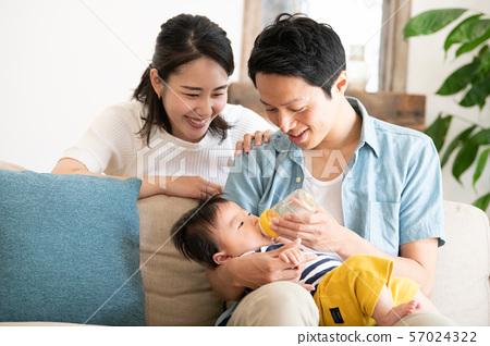 婴儿牛奶婴儿奶瓶母乳喂养家庭 57024322