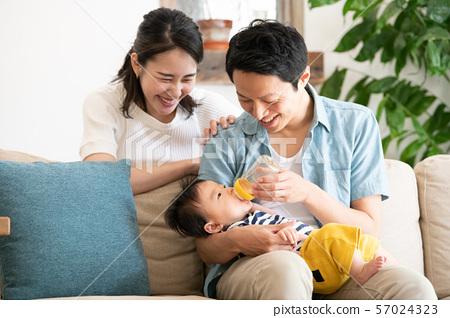 婴儿牛奶婴儿奶瓶母乳喂养家庭 57024323