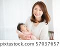 妈妈抱着一个婴儿 57037657