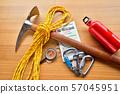 등산 용품 산 도구 등산 이미지 등산 장비 피켈 자일 나침반지도 카라비나 57045951