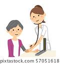 간호사와 노인 혈압 측정 57051618