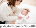 媽媽照顧一個哭鬧的嬰兒 57055488