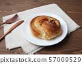 접시에 얹은 둥근 데니쉬 빵 소용돌이 빵 테이블 57069529