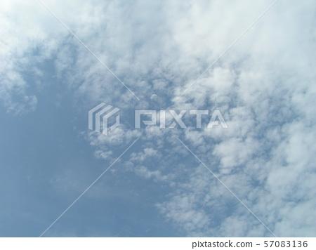 ท้องฟ้าฤดูร้อนและเมฆสีขาว 57083136