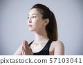 การออกกำลังกายโยคะร้อนหญิงเหงื่อ 57103041